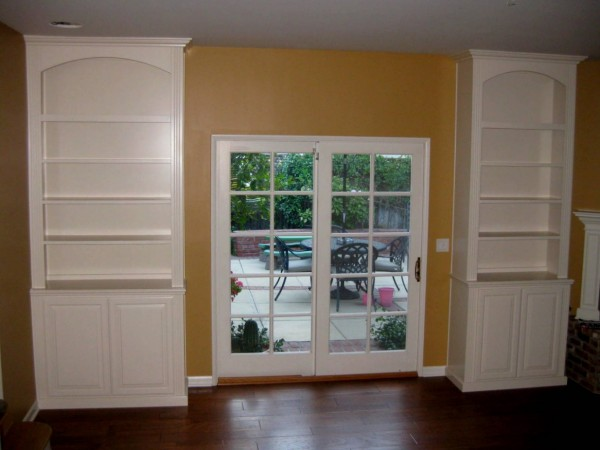 Built in bookcases in white lacquer