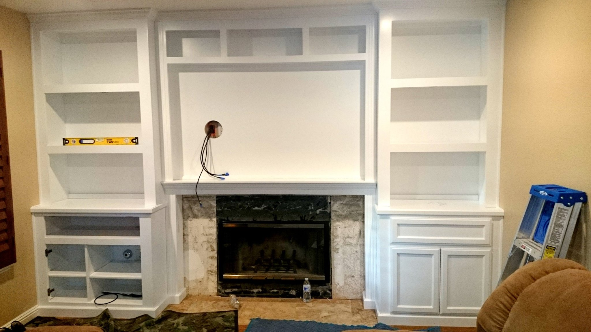 Fireplace wall unit with bookcases in white lacquer